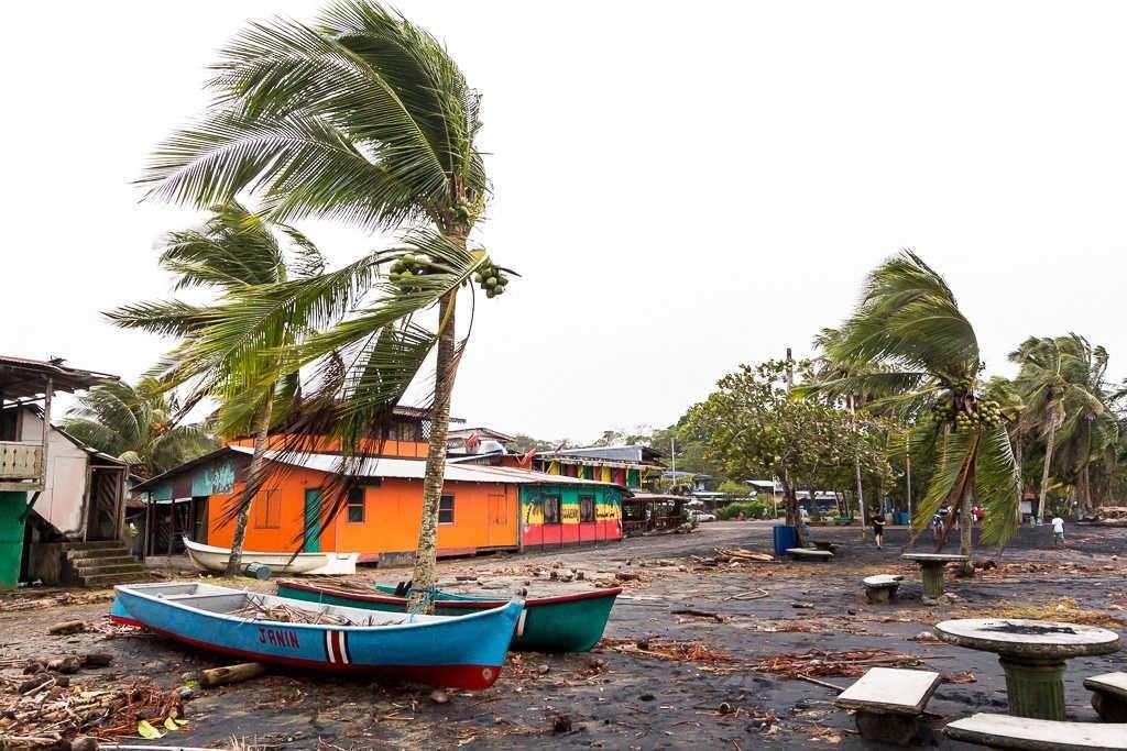 Manzanillo sufriendo un temporal, Cahuita, Costa Rica