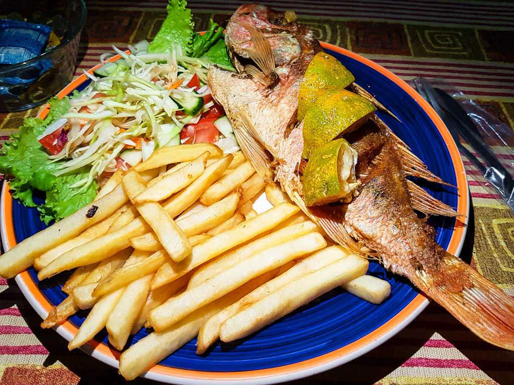 Pargo con patatas fritas, soda Kawe, Cahuita, Costa Rica