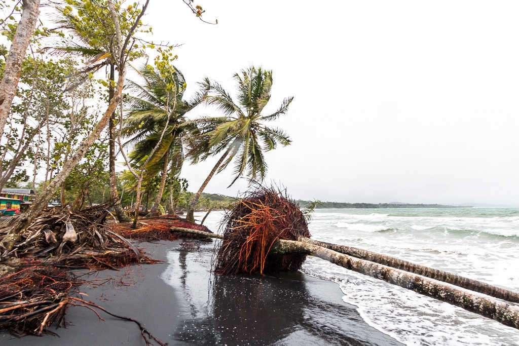 Playa de Manzanillo sufriendo un temporal, Cahuita, Costa Rica