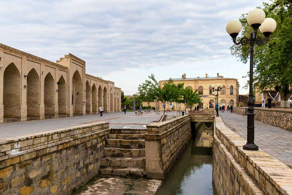 Canales cerca de la plaza Lyabi Hauz al amanecer en Bujará, Uzbekistán