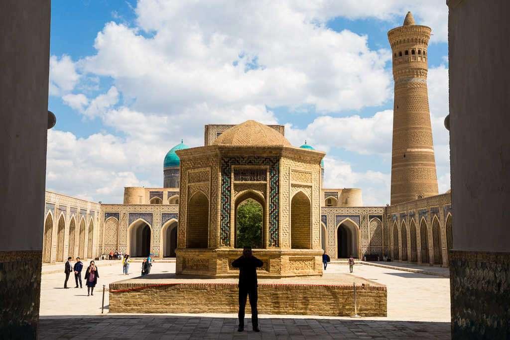 Hombre orando en el interior de la mezquita Kalon, Bujará, Uzbekistán