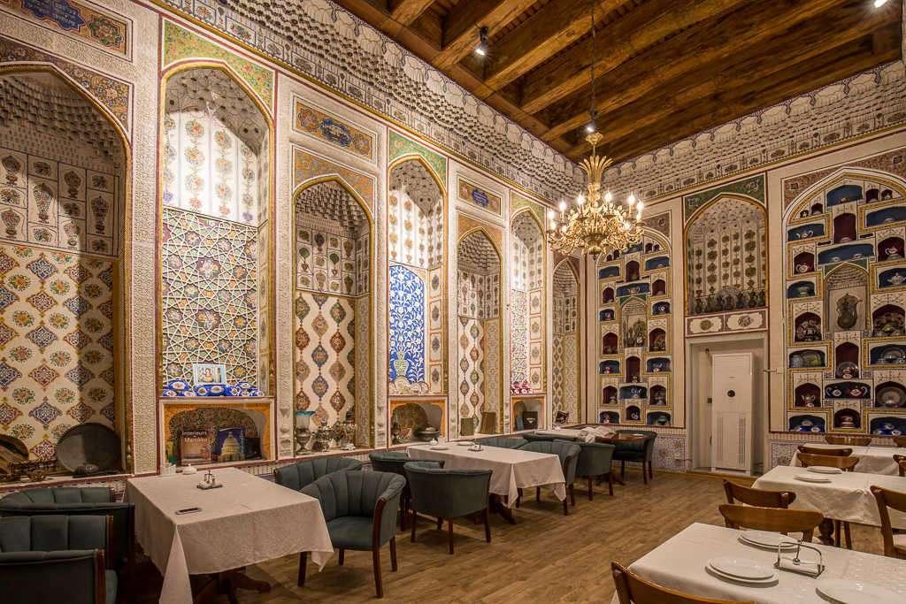 Interior del restaurante Ayvan en el hotel Lyabi-House, Bujará, Uzbekistán