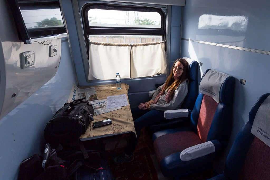 Compartimento privado clase 1C en tren Sharq de Tashkent a Samarcanda, Uzbekistán