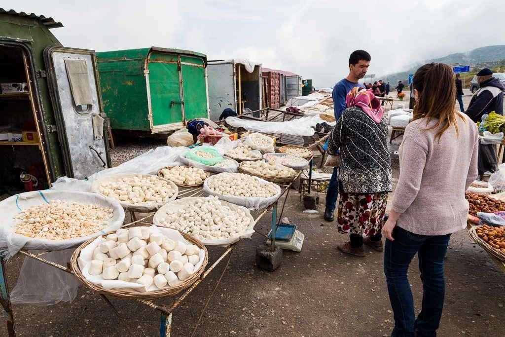 Mercado en las montañas de camino a Urgut y Shakhrisabz, Uzbekistán
