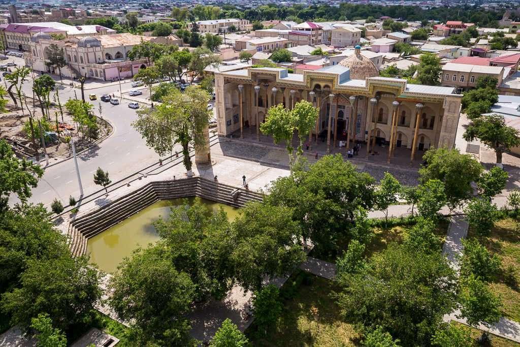 Mezquita Bolo Hauz y deposito de agua en Bujará, Uzbekistán
