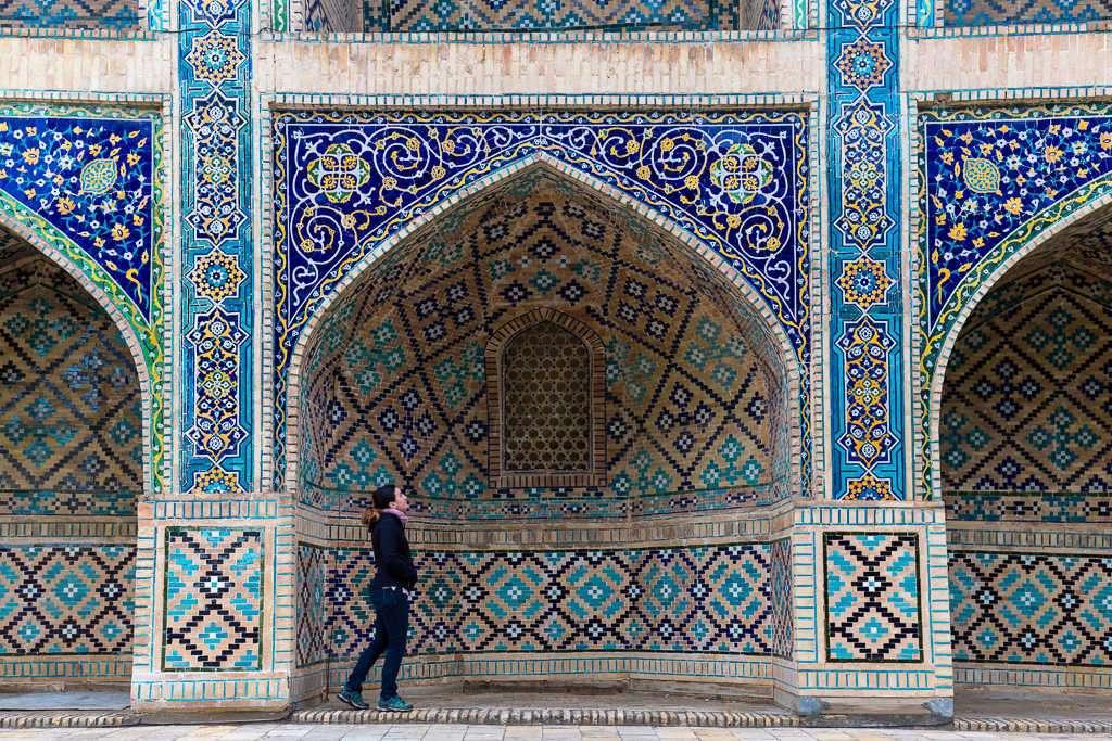 Lena frente a los mosaicos de la madraza Nadir Divanbegi, Bujará, Uzbekistán