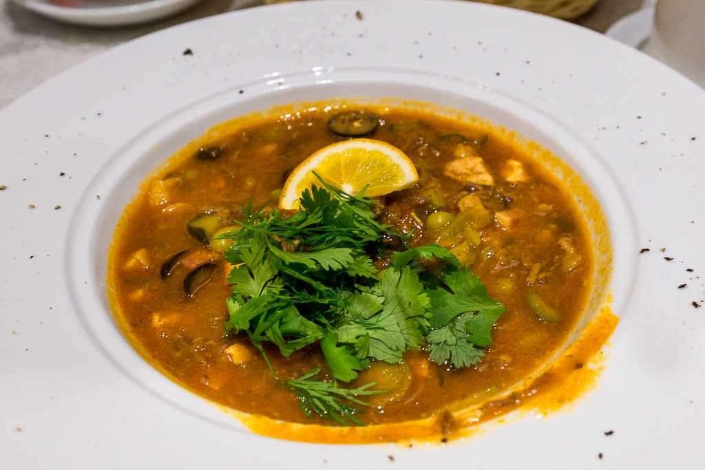 Sopa solyanka en el restaurante Ayvan del hotel Lyabi-House, Bujará, Uzbekistán