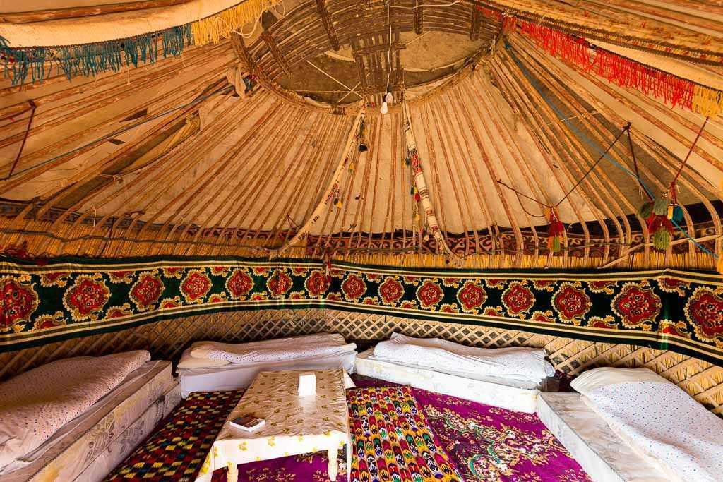 Interior de una yurta en Ayaz Kala, Uzbekistán
