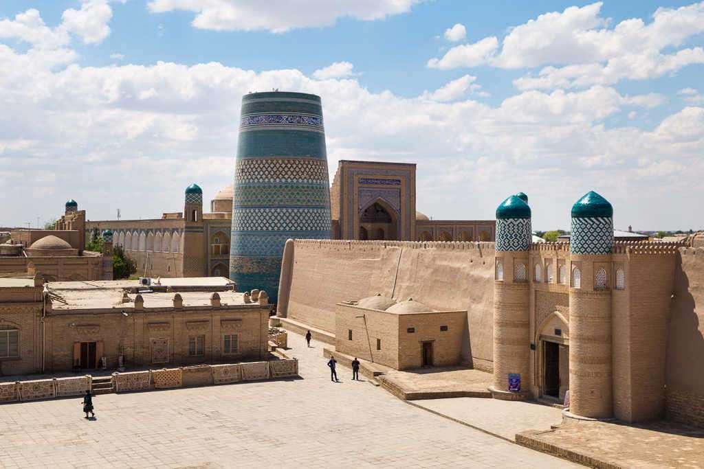 Minarete Kalta Minor y entrada Ark, Jiva, Uzbekistán